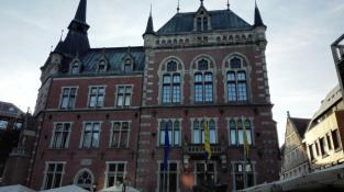 Das historische Rathaus von 1888 im Stil von Neugotik und Neurenaissance
