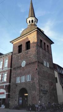 """Ehemaliger Glockenturm """"Lappan"""" von 1467 am Beginn der """"Langen Straße"""" Eines der Wahrzeichen von Oldenburg."""