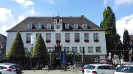 Das Rathaus am Marktplatz mit dem Marktbrunnen