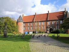 Der Westflügel mit dem Zugang zum Schloss