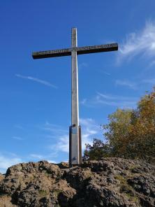 Gipfelkreuz oberhalb des Windsbomkraters