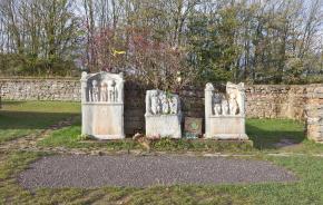 Matronenheiligtum an der Görresburg (Foto: Raimond Spekking | http://commons.wikimedia.org | Lizenz: CC BY-SA 3.0 DE)