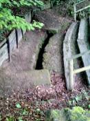 Aufgeschlossenes Teilstück der Sickerleitung am Grünen Pütz (Foto: Pfir | http://commons.wikimedia.org | Lizenz: CC BY-SA 3.0 DE)