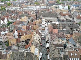 Blick vom Nordturm auf die engen Gassen rund um die Kirche