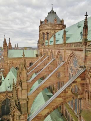 Typisch für die Architektur der Gotik: Die nach außen gezogenen Stützpfeiler.