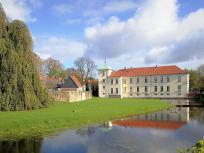 Rückseite des Schlosses mit Wassergraben