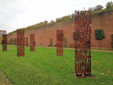 Stelen des Künstlers Ren Rong im Schlossgarten