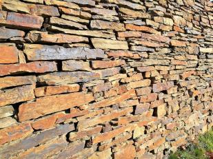 Trockenmauer aus Schiefer an einem Weinberg