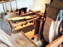 Schleifstein im Innern der Mühle (Foto: Frank Vincentz | http://commons.wikimedia.org | Lizenz: CC BY-SA 3.0 DE)