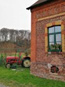 Altes Bauernhaus im Pillebachtal. Hinter dem Fenster wartet schon der Weihnachtsmann.
