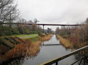 Die Alte Emscher fließt durch den Landschaftspark