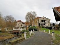 Der Müllerhof mit neu errichteter klassizistischer Villa vor dem mittelalterlichen Gutsgebäuden - ein nie enden wollendes Bauprojekt