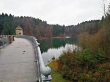 Blick auf die Staumauer und den Aufstau des Saalbachs