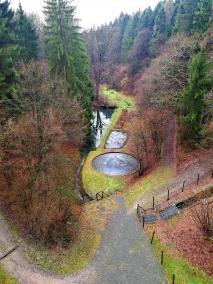 Unterhalb der Staumauer fließt der Saalbach ins Tal