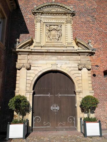 Portal am Südflügel, Eingang zum Museum