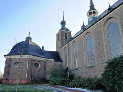 Blick zur erhaltenen Klosterkirche vom Vorplatz