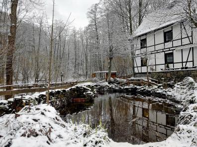 Rechts das Haupthaus der Mestrenger Mühle