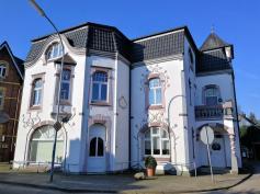 Markantes Jugendstil-Gebaide in der Nähe des alten Bahnhofs von Marienbaum