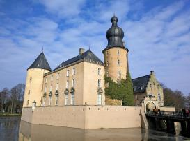 Blick über den Schlossgraben zur Burg
