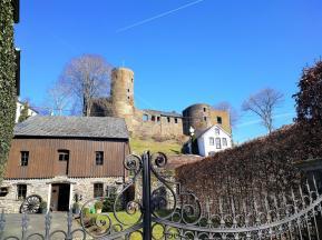 Blick hinauf zur Burgruine