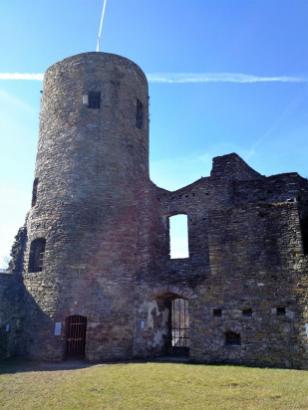 Der 1902 rekonstruierte Bergfried der Burg Reuland
