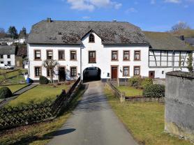 Ortseingang nach Burg-Reuland von der ehemaligen Bahntrasse der Vennbahn