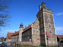 Vorburg mit dem Sterndeuterturm (vorn)