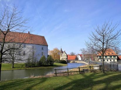 Wassergraben um das Schloss mit dem Torhaus im Hintergrund