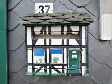 Ein Briefkasten gestylt wie ein tpyisch Bergisches Fachwerkhaus
