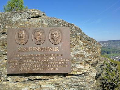 """Gedenktafel auf dem Staufen für die drei Brüder """"von Gagern"""", die sich im Jahre 1838 an dieser Stelle versprachen, sich mit aller Kraft für die Deutsche Reichseinheit einzusetzen"""