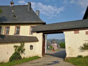 Eingang zum Hof der Domäe Neuhof, früher im Besitz des Klosters Eberbach