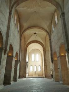 In der Basilika: Blick nach Westen von der Vierung in das Langhaus