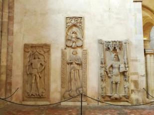 Sargdeckel von im Kloster Besttatteten aus dem Geschlecht der Ketzenellbogen