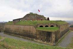 Die Festung St. Pieter mit der Stadtfahne von Maastricht: Einem weißen fünfzackigen Stern auf rotem Grund.