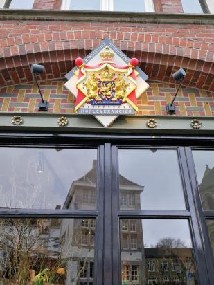 Wappen der königlichen Hoflieferanten. Das sieht man an einigen Geschäften und Häusern.