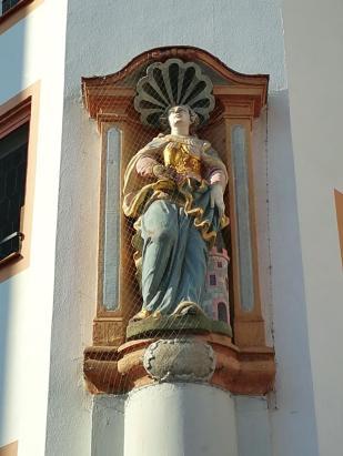 Marienfigur an einem Haus in Domnähe