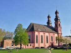 Die katholische Kirche St. Peter, bekannt für ihre reichhaltige Rokokoausstattung im Innenraum