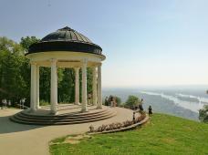 Tempel in antiker Bauweise unterhalb des Niederwalddenkmals