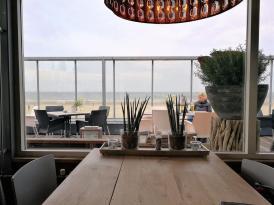 Im Strandrestaurant mit Blick aufs Meer