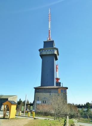 Der Aussichtsturm des Taunusvereins auf dem Gipfel