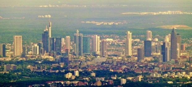 Gipfelblick nach Süden auf die Skyline von Frankfurt (Foto giggel | http://commons.wikimedia.org | Lizenz: CC BY-SA 3.0 DE)