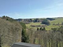 Blick von der Burgschänke hinab ins Tal des Manscheider Baches
