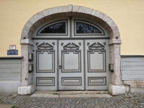 Hoftür für den Ein- und Auslass von Pferden und Gespannen