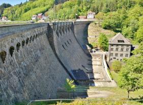 Die knapp 200 Meter lange Staumauer