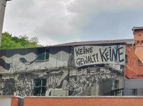 Graffiti mit Motiven aus der Wendezeit an der Stasi-Gedenkstätte in der Andreasstraße