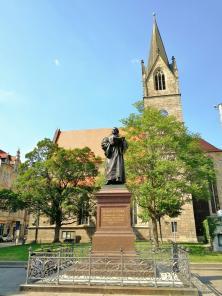 Luther-Denkmal vor der evangelischen Kaufmannskirche am Anger