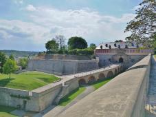 Blick auf die Verteidigungswälle der Zitadelle Petersberg