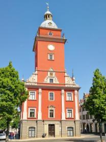 Das Alte Rathaus mit Turm, Ansicht aus Richtung des Schlosses