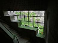 Glasfenster am Abgang in den unteren Bereich