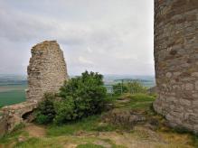 Außer dem wiedererrichteten Bergfried stehen nur noch Ruinen